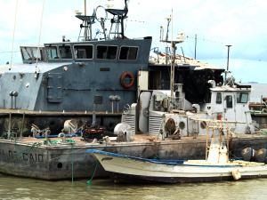 Barcos militares en el puerto de Bissau