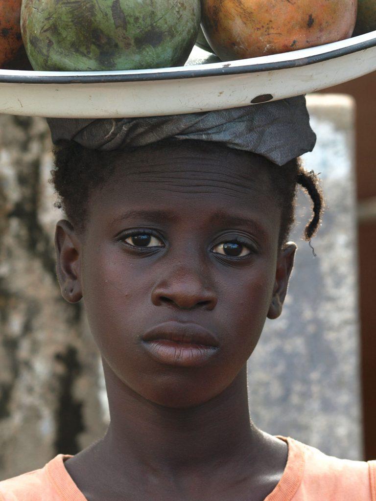 Una vendedora de fruta en Bissau