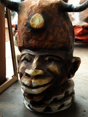 Preparando las mascaras del carnaval en Bissau