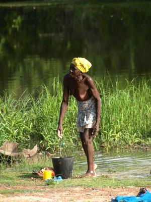 Una mujer a las orillas del río Geba