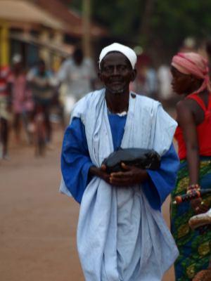Un hombre en una calle de Bafata