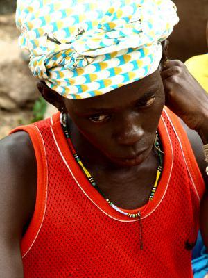 Una joven en un poblado Bassari