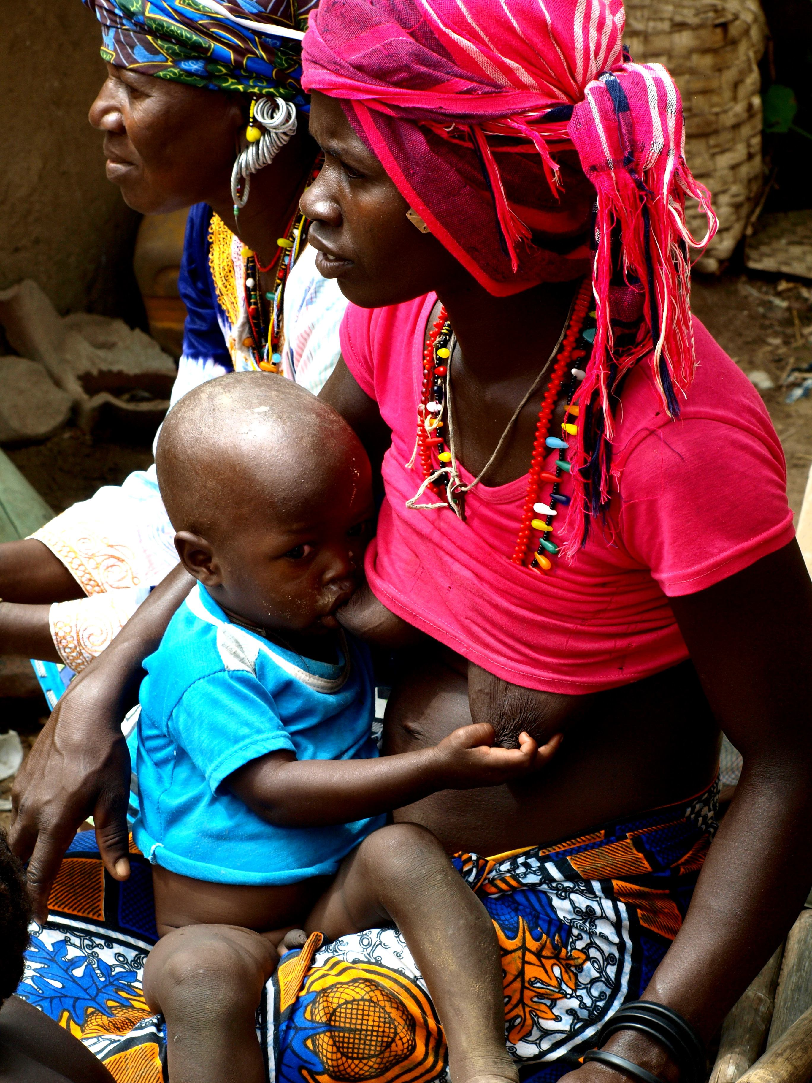 Una madre con su bebe Bassari