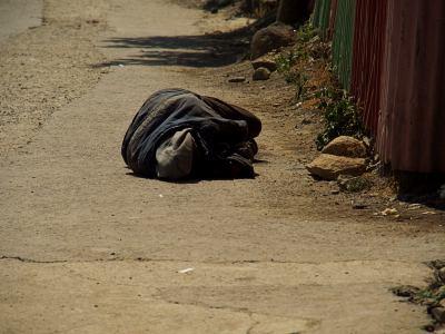 Un hombre en una calle de Addis