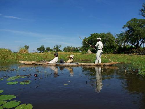 Atravesando en modorro un brazo del rio Okavango