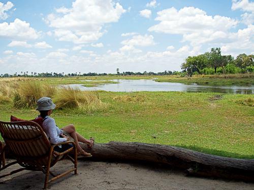 Sentada frente a un brazo del río Okavango