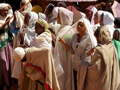 Mujeres durante una celebración religiosa