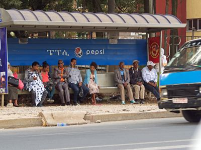 Gente esperando en una parada de bus Addis