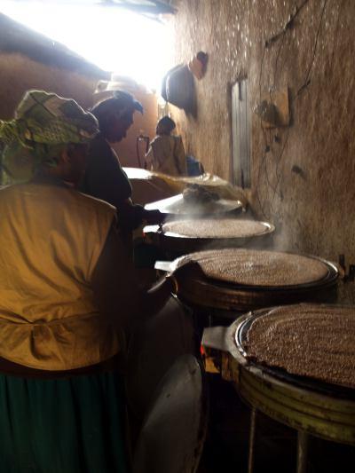 Varias mujeres haciendo injera en la misión del Aba