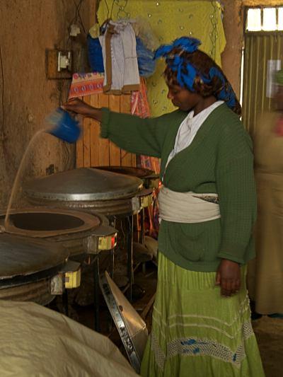 Una mujer preparando los fogones