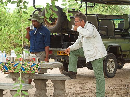 Un alto en el camino con nuestro guía en Chobe