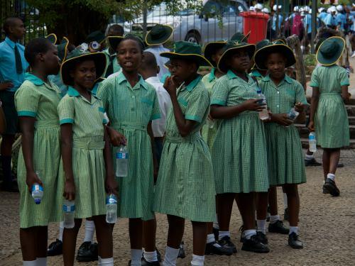 Un grupo de niñas a la entrada de las Cataratas Victoria