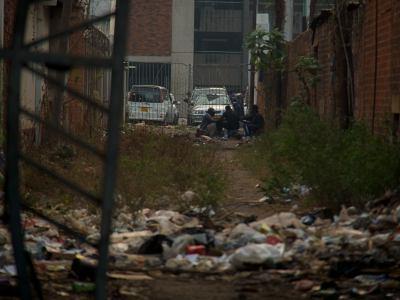 Callejón donde viven los chicos de la calle en Harare