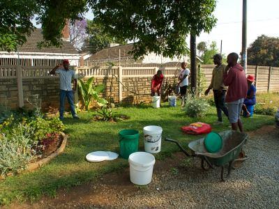 Gente coge agua de pozos no contaminados en Harare