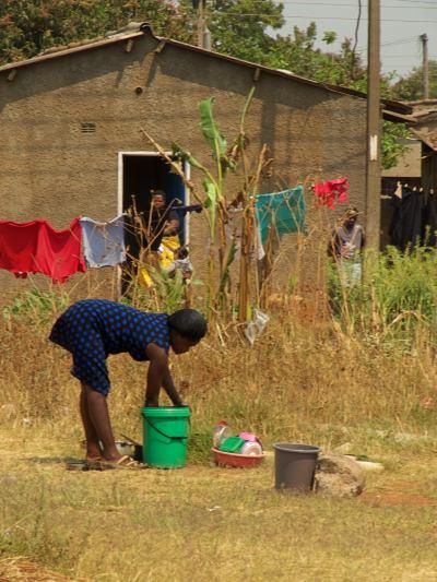 La gente usa agua contaminada en Harare