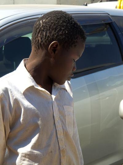 Jon el niño de la calle entre basura de Harare