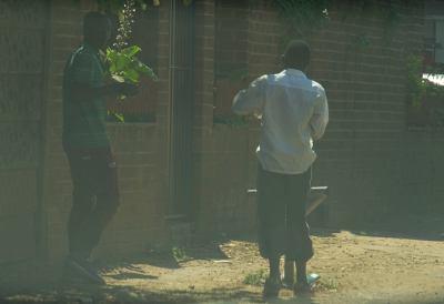Jon con su colega en Harare