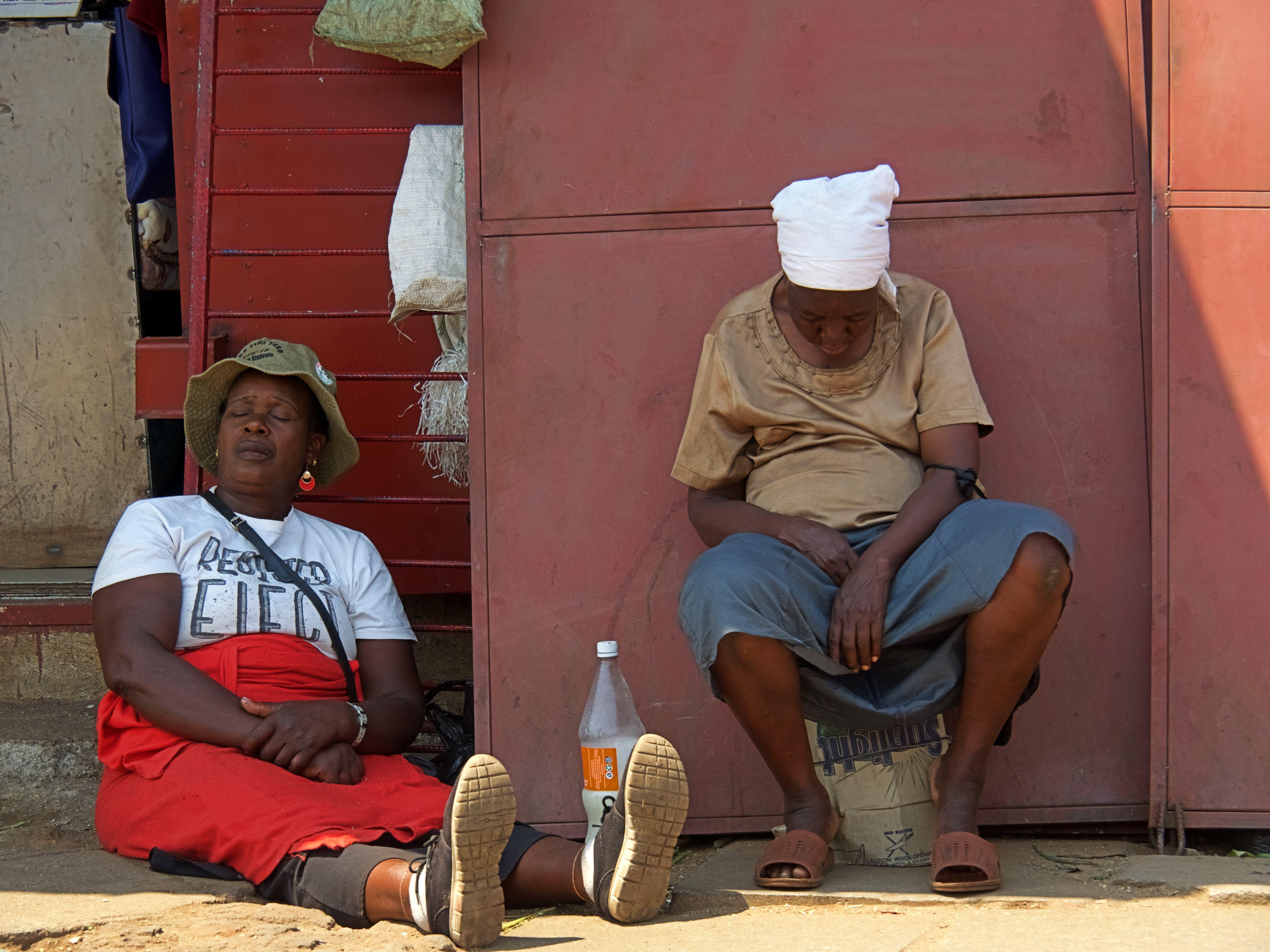 Dos mujeres durmiendo tranquilas en Harare