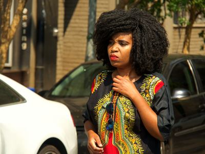 Una mujer por el barrio de moda de Coburg