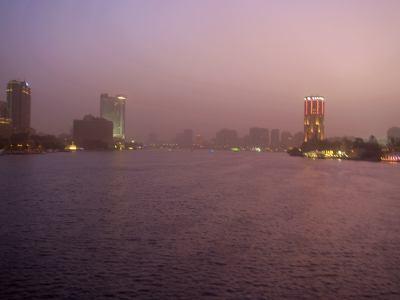 Una fascinante ciudad en la noche El Cairo