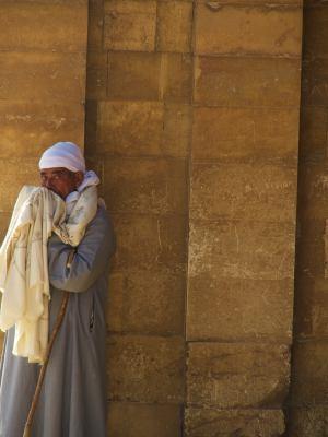 Un vigilante en la entrada de las Pirámides de Giza