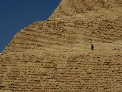 Un hombre en la Pirámide escalonada de Saqqara
