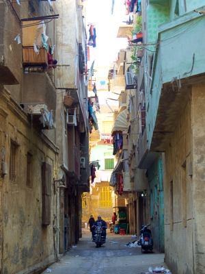 Las casas desconchadas en un vieja calle de El Cairo