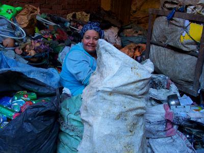 Una mujer en la ciudad de la basura de El Cairo
