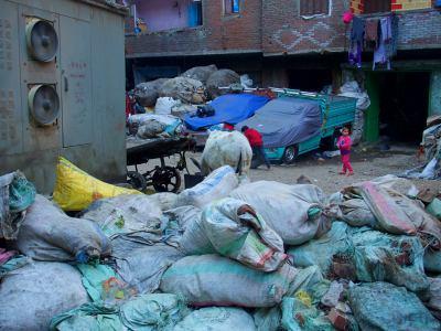 Varios niños entre basura en la ciudad del reciclaje de El Cairo