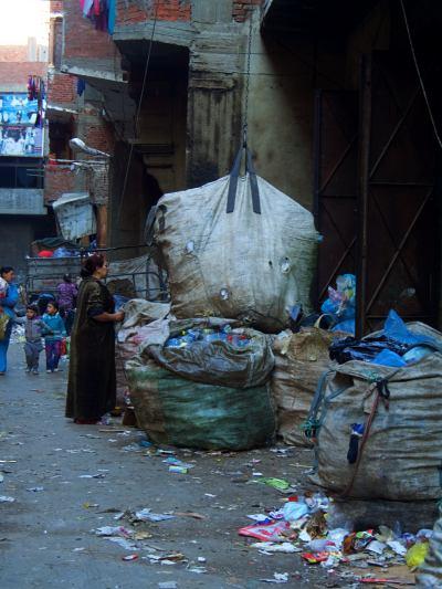 Otra calle de la ciudad de la basura en El Cairo