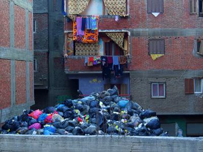 La ciudad de la basura vive de reciclar en El Cairo
