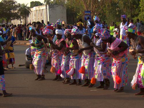 Mujeres danzando durante el Carnaval de Bissau