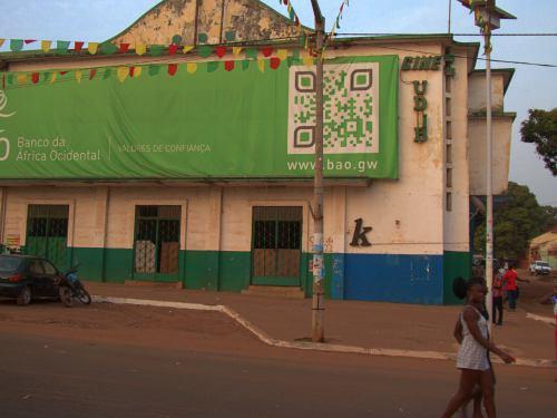 Cine abandonado en calle principal de Bissau