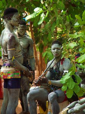 Unos chicos de una comparsa durante el Carnaval de Bissau