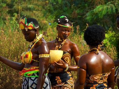 Un grupo de chicas durante el Carnaval de Bissau