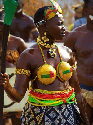 Una mujer en el Carnaval de Bissau