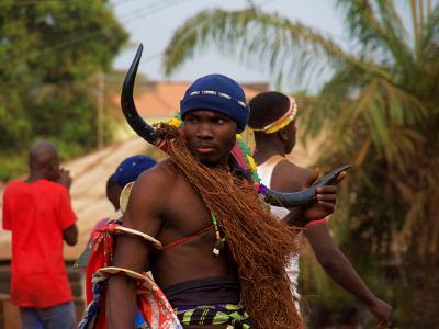 Un chico durante el carnaval de Bissau