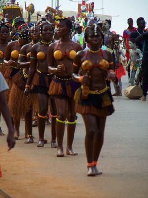 Un grupo de chicas en el Carnaval de Bissau