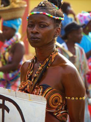 Una mujer mira a la cámara durante el Carnaval
