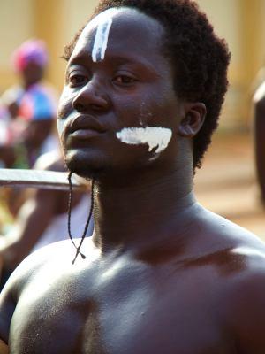 Un chico con señales de guerra en el Carnaval de Bissau