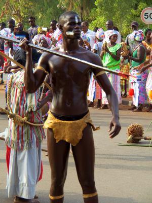 Un chico con su lanza durante el Carnaval de Bissau