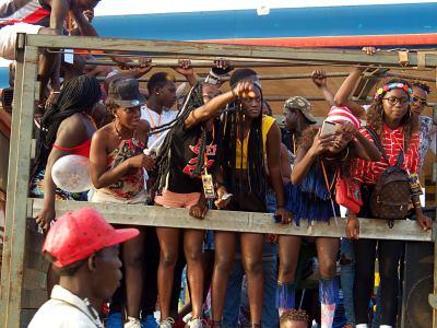 Varios chicos durante el Carnaval de Bissau