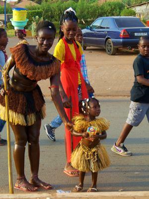 Una mama con su niña en el Carnaval de Bissau