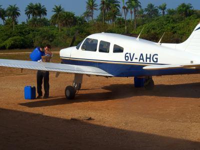 Nuestro piloto llena el deposito de combustible