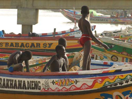Unos chicos en un cayuco en Senegal