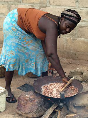 Una mujer cocinando en la Casamance