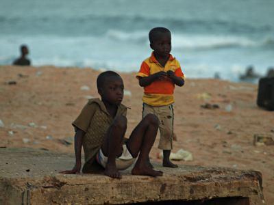 Dos niños en una playa de Benin