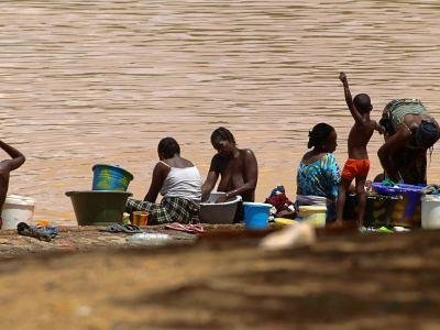 Unas mujeres lavando en el río Senegal