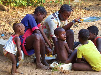 Tabanca en Rubane mujeres comiendo