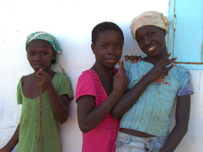 Varias niñas en el aeródromo de Bubaque